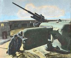 Zwei Kanoniere benötigen ihre ganze Kraft, um die Panzertür des Munitionsaufzuges in ihren Angeln zu drehen.