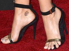 26 Ugly Celebrity Feet: Nasty Corns and Crusty Hammer Toes Corn On Toe, Hammer Toe, Foot Photo, Gorgeous Feet, Beautiful, Jennifer Hudson, Women's Feet, Celebrity Feet, Celebs