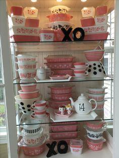 Pyrex; 2017 Valentine display 💗💗💗 Vintage Dishware, Vintage Bowls, Vintage Dishes, Vintage China, Vintage Kitchen, Vintage Pyrex, Pyrex Display, Pink Pyrex, Pink Dishes
