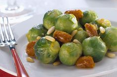 Try this brussels sprouts with dates and pine nuts recipe, it's a tasty and vegan side dish perfect to be served with a meat or fish main course. Traditional Thanksgiving Menu, Vegan Thanksgiving, Thanksgiving Appetizers, Vegan Appetizers, Tortellini Skewers, Pesto Tortellini, Holiday Cheese Ball Recipe, Dairy Free Recipes, Vegan Recipes