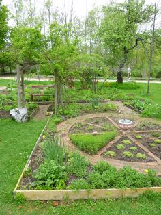 pickity garden circle http://www.yankeemagazine.com/explore-new-england/spring-at-pickity-place