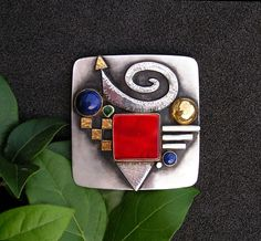 Linda Ladurner / Brooch- pendant. Silver, gold. Carnelian, lapis lazuli, emerald. Broche- pendentif. Argent, or, cornaline, émeraude, lapislazuli.