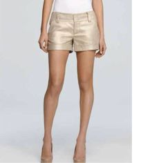 Beautiful line me shorts featuring a discrete gold hint, wide waist and pockets. Very stylish