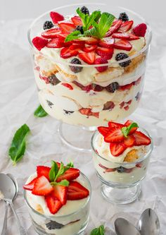 Angel Berry Trifle / This is perfect for Easter brunch made with fresh berries, angel food cake and an out of this world vanilla pudding and cream cheese custard. @Jo Cooks