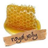 Ook bekend als koninginnegelei, is het honingmengsel dat larven krijgen. Het heet koninginnegelei omdat de larve die word gekozen als toekomstig koningin meer krijgt dan de andere larven.Het is antimicrobieel, verhoogt de celvitaliteit en celdelingstijden, mede daardoor is het kankercelremmend. beinvloedt op positieve wijze de bloeddruk en verlaagt het de kans op diabetis. werkt vermoeidheid tegen, geeft extra energie, het vervaagd rimpels, helpt bij haaruitval, en helpt cellen jong te…