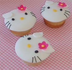 I love Hello Kitty. And I love cupcakes. I have never used fondant when decorating cakes or cupcakes, but am very tempted to give it a go . Bolo Da Hello Kitty, Hello Kitty Cupcakes, Cat Cupcakes, Hello Kitty Birthday, Love Cupcakes, Fondant Cupcakes, Birthday Cupcakes, Cupcake Cakes, Ladybug Cupcakes