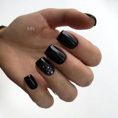 10 'Must-Try' Black and White Nails You Have to See! Stylish Nails, Trendy Nails, Glitter Nails, Fun Nails, Black Nails With Glitter, City Nails, Classic Nails, Nail Swag, Minimalist Nails
