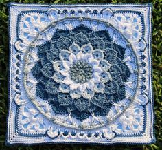Blue Enchanted Garden   Pattern available from Ravelry- The Enchanted Garden Tote