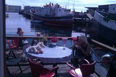 Cafe på en husbåd. Drik en varm kop kaffe med udsigt til Tømmergraven i Københavns Sydhavn. Skibbroen er navnet på den hyggelige Husbådsforening lige bag Fisketovet.