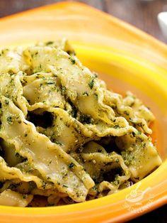 Reginette al pesto di erba cipollina con mandorle e pecorino: una ricetta che vi permette di portare in tavola un pesto diverso, saporito e croccante
