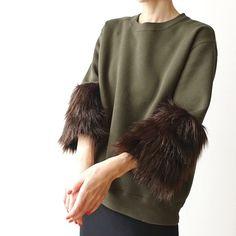 ボリュームたっぷりなフェイクファーの袖がついたラグジュアリーなスウェットシャツボディ部分は程よい厚みと柔らかな着心地の10オンス・スウェット生地(裏起毛)を使用ゆとりのあるオーバーサイズなのでスキニーパンツやペンシルスカートに合わせたスタイリッシュな着こなしがおすすめです【カラー】・ボディ:カーキ・袖:ブラウン【サイズ】Oneサイズ・肩幅:44㎝・身幅:52㎝・袖丈:38㎝※内ファー部分丈:16㎝・着丈:62㎝【素材】・Tシャツ:綿52%、ポリエステル48%・袖:アクリル100%(裏地付)※ファー部分の素材はお色違いのネイビーと若干風合いが異なります<お手入れについて>■デザイン性を重視した作りの為、お洗濯等のお手入れにつきましては 専門のクリーニング店にご相談される事をおすすめしております。<ご注意>■こちらの商品はご注文をいただいてからの製作となります。…