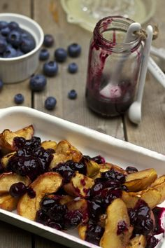 Baked apples with blueberries & ginger (aka antihistamine quercetin bake) Healthy Dessert Recipes, Healthy Foods To Eat, No Bake Desserts, Real Food Recipes, Yummy Food, Healthy Snacks, Low Histamine Foods, Anti Inflammatory Recipes, Dairy Free Recipes
