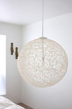 ボンドにひたした麻紐をボールや風船に巻きつけてから乾燥させるだけで、こんなにおしゃれなランプシェードが作れます。