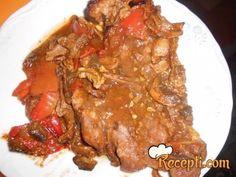 Recept za Svinjski vrat sa vrganjima i paprikama. Za spremanje ovog jela neophodno je pripremiti svinjski vrat, paprike, vrganje, so, začin, mleveni biber, vodu, mast.