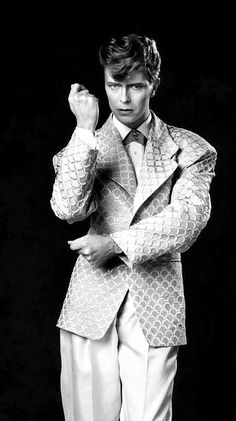 David Bowie Promo photos for As The World Falls Down - Elstree Film Studio, 1986 © Chalkie Davies. David Bowie Born, David Bowie Starman, David Bowie Tribute, Bowie Labyrinth, Twenty One Pilot Memes, The Thin White Duke, Music Aesthetic, Film Studio, Ziggy Stardust