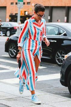 New York Fashion Week mostra street style irreverente com listras coloridas