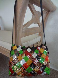 Skuldertaske flettet af forskellige kaffeposer. Monteret med en sort lynlås og en sort skulderrem af gjordbånd. Tasken måler udvendigt cirka: Længde nederst 25 cm, længde øverst 21 cm, højde 18 cm og bunden 9 cm. En rummelig taske der har en buttet facon som er fremkommet ved brug af forskellige størrelser kaffepose lapper. Tasken er på lager og kan købes for kr. 450,-