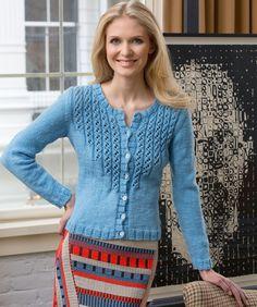 Das einfache Muster der Ajour-Passe kommt in einfarbigem Garn besonders zur Geltung! Der gemütliche Schnitt passt zu Allem… der besten Freundin würde diese Jacke bestimmt auch gefallen!!