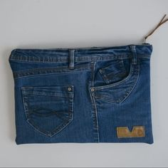 Make a laptop case It's super quick and easy to make a DIY La. Make a laptop case It's super quick and easy to make a DIY Laptop Case using your old jeans. Learn how to make you own laptop sleeve. Artisanats Denim, Denim Blog, Blue Denim, Denim Bag Patterns, Diy Bags Patterns, Jean Diy, Diy Laptop, Laptop Bag, Custom Laptop