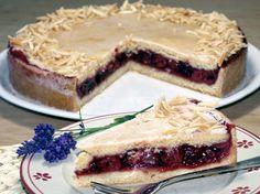 Gedeckter Kirschkuchen Rezept: Ein Gedeckter Kirschkuchen mit Zuckerguss und gerösteten Mandeln