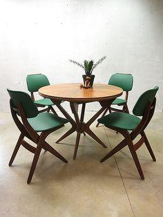 Retro eetkamer | groene stoelen - Makeover.nl | Fab Furniture ...