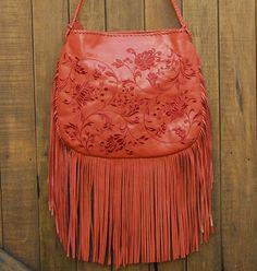 Bolsa de couro com bordado e franjas. Mab Store - www.mabstore.com.br