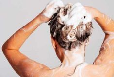 If you're only using shampoo to wash your hair, you're only tapping a fraction of its potential! Here are five brilliant new ways to use shampoo. Anti Lice Shampoo, Egg Shampoo, Mild Shampoo, Natural Shampoo, Beer For Hair, Reverse Hair Loss, Olive Oil Hair, Greasy Hair Hairstyles, Women's Handbags