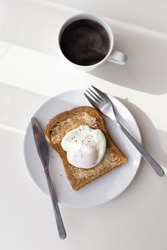 paoched egg and coffee. Breakfast Photography, Food Photography, Art Cafe, Food Styling, Food Inspiration, Vegan Recipes, Brunch, Food And Drink, Yummy Food