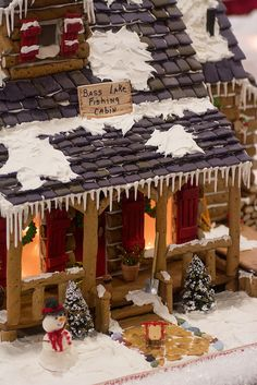 gingerbread house cabin - love this. I alway pick projects that are too hard to start with. Gingerbread Castle, Gingerbread House Designs, Gingerbread House Parties, Christmas Gingerbread House, Gingerbread Cookies, Christmas Cookies, Christmas Baking, Holiday Fun, Christmas Holidays