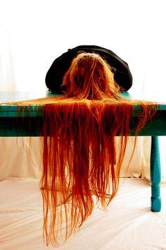 Redfall, door Tamara Stoevelaar. De foto is onderdeel van een serie van vijf onder de naam Medusa. Stoevelaar bewerkt haar foto's nooit na. Niks is weggepoetst of gladgestreken. Fantastisch kleurcontrast tussen de waterval van rood haar en de turquoise