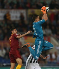 Wojciech Szczesny Photos - Lorenzo Pellegrini of AS Roma competes for the ball with Juventus goalkeeper Wojciech Szczesny during the Serie A match between AS Roma and Juventus at Stadio Olimpico on May 2018 in Rome, Italy. - AS Roma vs. Juventus - Serie A Juventus Goalkeeper, As Roma, Rome Italy, Football, Sports, Soccer, Futbol, American Football, Soccer Ball