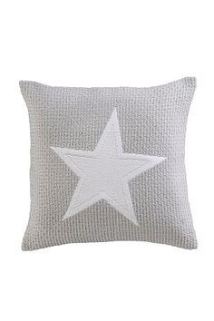 Jakardikuosinen tyynynpäällinen polyesteriä. Hienopesu 40°. Iso tähti. Jakardikuosinen kuvio. 50% polyesteriä ja 50% polypropeenia. Hienopesu 40°.   Tilaa sisätyyny erikseen.<br><br>100% polyesteriä<br>Pesu 40°