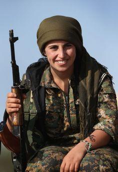 Maquiagens e metralhadoras das curdas. A junção pode até soar incoerente para alguns, mas a realidade na linha de frente da guerra contra o Estado Islâmico é essa: o poder feminino assombra e aterroriza os radicais islâmicos. O pior pesadelos deles é ser morto por uma mulher. Foto: Getty Images </p>