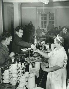 Oslo Havnearbeidere i jobb  1954 Mat og drikke må også heltene ha. Fru Hagen serverer, hun drev kantina til bryggearbeiderne.