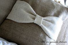 Handmade Burlap Pillow with white Burlap Bow par TheVirginiaHouse Burlap Pillows, Burlap Bows, Living Room Redo, The Perfect Touch, Nursery Rhymes, Accent Pillows, Project Ideas, Sweet Home, Quilts