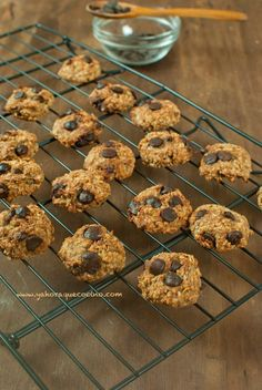 Galletas de Avena y Plátano. Healthy and super easy in the Thermomix oatmeal, banana and whatever else you want to throw in Healthy Desserts, Raw Food Recipes, Healthy Cooking, Sweet Recipes, Cookie Recipes, Going Vegetarian, Make Ahead Breakfast, Diy Food, Love Food