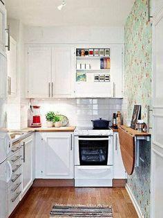 atrvete con el papel pintado en una de las paredes de la cocina