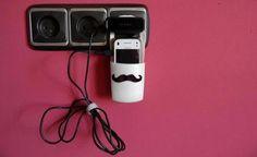 Un práctico contenedor para cargar el móvil en cualquier lugar, con un bigote especial para el Día del Padre.