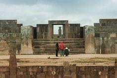 """Acabei de publicar no meu blog uma coleção de fotos e um relato da minha visita a Tiwanaku o """"Machu Picchu boliviano"""". Vai no meu perfil pra acessar! #bolivia #travel #travelblog #viagem #arqueologia #tiwanaku"""