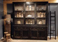 Vitrinekast Epernay. Stoere, zwarte vitrinekast gemaakt van oud hout. Dit model is leverbaar in 2 maten, groot zoals hierboven getoond en in 85cm breed.