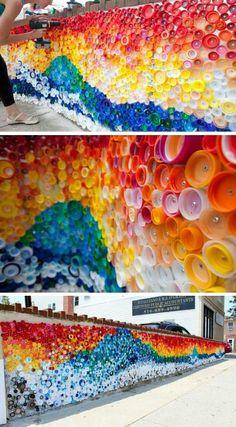 Mural hecho contapas de botellas plásticas