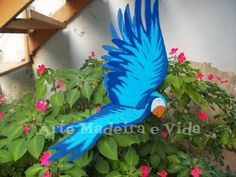 arara azul móbile madeira