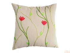 Capa de almofada em sarja bege com flores rosas e folhas verdes em malha e linha de bordar em tons de verde.  TAMANHO: 45 x 45 cm  #pillow      Acabamento com zíper.