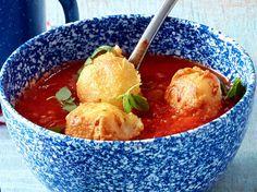Unser beliebtes Rezept für Tomatensuppe mit gebratenen Käsenockerln und mehr als 55.000 weitere kostenlose Rezepte auf LECKER.de.
