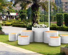 0019 TRONCO | Composizione per arredo urbano di fioriera, tavolino e seduta in cemento levigato. Il tavolino e la seduta utilizzano un piano in legno naturale o colorazioni RAL a richiesta. | Briefing Art