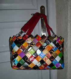 Sur le même principe que  les sacs  ou les corbeilles  en paquets de café tressés,   voici un sac cabas très coloré   toujours avec des...