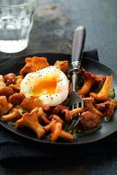 Poêlée de girolles à l'œuf mollet - Larousse Cuisine