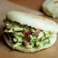 Arepas are a food consumed at all times of the day in Colombia and Venezuela. The arepa is a very versatile food that can be stuffed with a variety of goodies. The arepa de choclo is a special treat. Plats Latinos, Venezuelan Food, Sandwiches, Good Food, Yummy Food, Spanish Dishes, Colombian Food, Comida Latina, Healthy Menu