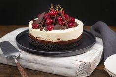 Tort cu vișine și ciocolată inspirat de Foret Noire - Ciocolată Şi Vanilie Baking Recipes, Dessert Recipes, Cake Receipe, Romanian Desserts, Crazy Cakes, Just Cakes, Sweet Cakes, Cream Cake, Chocolate Desserts