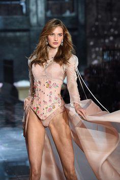 Im Bild: Sanne Vloet | Alle der must-see Aktion aus dem 2015 Victorias Secret Fashion Show | PopSugar Promi